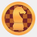 Pedazo de ajedrez del caballero del oro etiquetas redondas