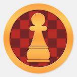 Pedazo de ajedrez del empeño del oro pegatina redonda