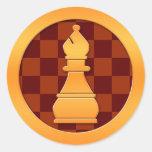 Pedazo del obispo ajedrez del oro etiqueta redonda