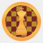 Pedazo del rey ajedrez del oro etiqueta redonda