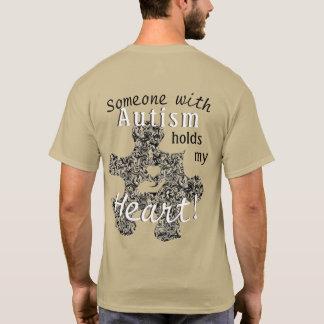 Pedazo veteado del rompecabezas del autismo con el camiseta