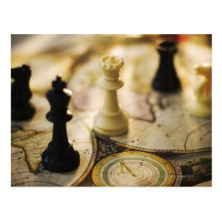 Pedazos de ajedrez en mapa de Viejo Mundo Postal