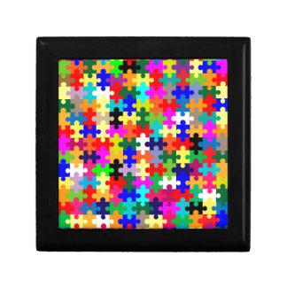 Pedazos del rompecabezas en color caja de regalo