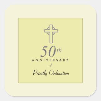 Pegatina Cuadrada 50.o Aniversario del sacerdote con la cruz grabado