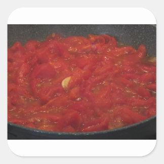 Pegatina Cuadrada Cocinar la salsa de tomate hecha en casa usando