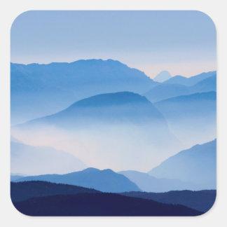 Pegatina Cuadrada Escena azul del paisaje de las montañas