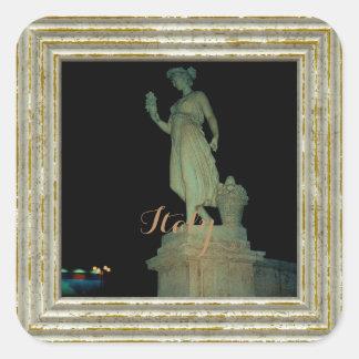 Pegatina Cuadrada Estatua del chica en Italia