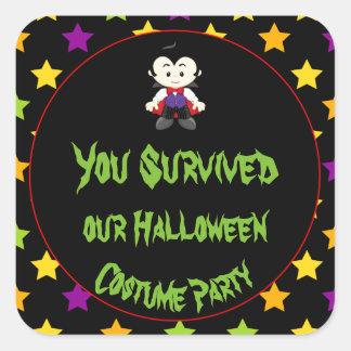 Pegatina Cuadrada Fiesta lindo del traje de Halloween del muchacho