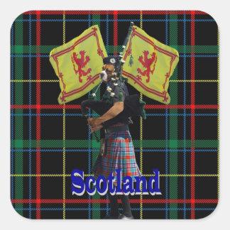 Pegatina Cuadrada Gaitero escocés en el tartán