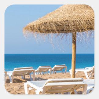 Pegatina Cuadrada Parasol de mimbre con la playa beds.JPG