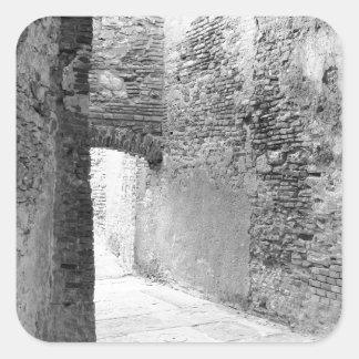 Pegatina Cuadrada Pasillos oscuros de una vieja estructura del