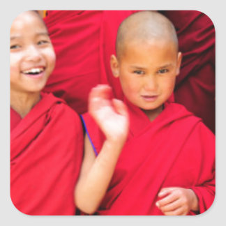 Pegatina Cuadrada Pequeños monjes en trajes rojos