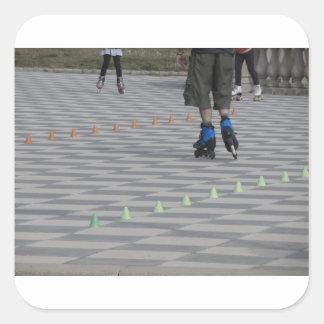 Pegatina Cuadrada Piernas del individuo en patines en línea.