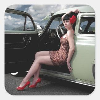 Pegatina Cuadrada Pin de la bomba encima del chica con el coche