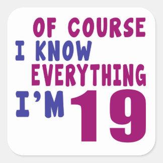 Pegatina Cuadrada Por supuesto sé que todo soy 19