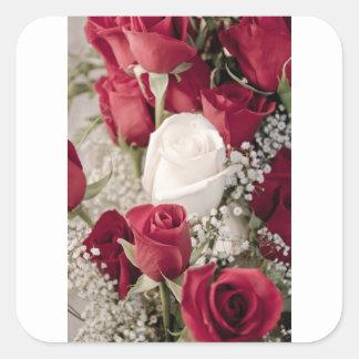 Pegatina Cuadrada ramo de rosas rojos con un rosa blanco en el