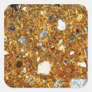 Pegatina Cuadrada Sección fina de un ladrillo debajo del microscopio