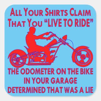 """Pegatina Cuadrada Su camisa demanda que usted """"vive para montar"""""""