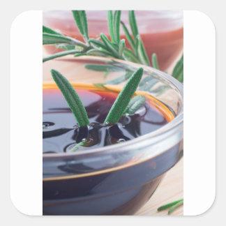 Pegatina Cuadrada Taza de cristal con la salsa y el romero de soja
