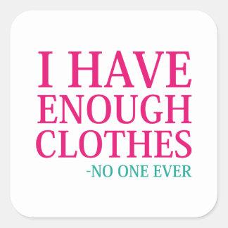 Pegatina Cuadrada Tengo bastante ropa