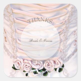 Pegatina Cuadrada Vestido nupcial blanco con casarse de los rosas