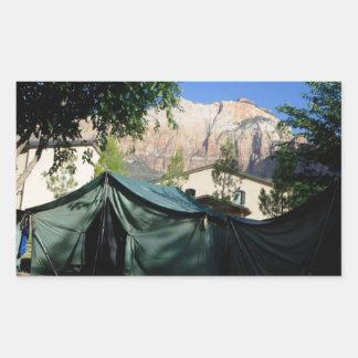 Pegatina de las montañas que acampa