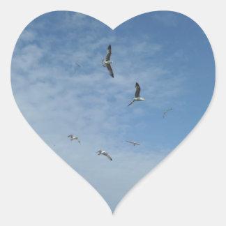 Pegatina del corazón de las gaviotas del vuelo
