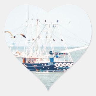 Pegatina En Forma De Corazón Barco azul del camarón en el océano