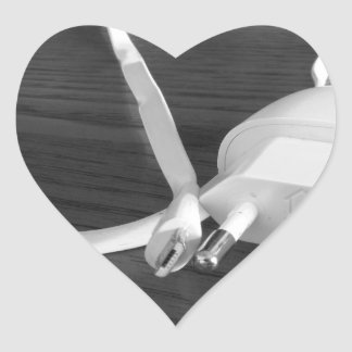 Pegatina En Forma De Corazón Cargador blanco del smartphone en la tabla de