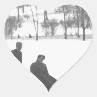 Pegatina En Forma De Corazón Dos muchachos que tiran de dos chicas en los