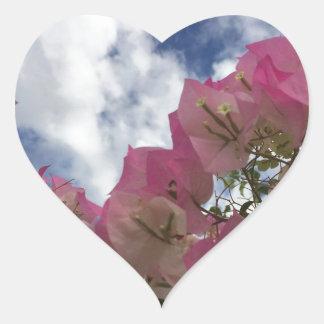 Pegatina En Forma De Corazón flores rosadas contra un cielo azul