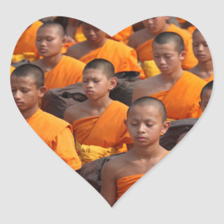 Pegatina En Forma De Corazón Grupo grande de monjes Meditating