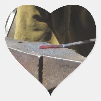 Pegatina En Forma De Corazón Herrero que forja manualmente el metal fundido