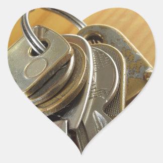 Pegatina En Forma De Corazón Manojo de llaves gastadas de la casa en la tabla