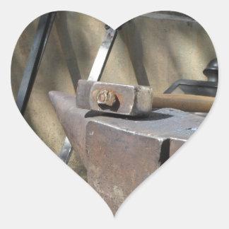 Pegatina En Forma De Corazón Martillo del herrero que descansa sobre el yunque