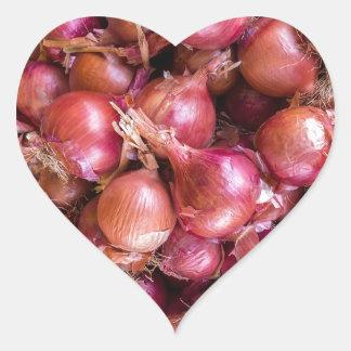 Pegatina En Forma De Corazón Montón de cebollas rojas en mercado