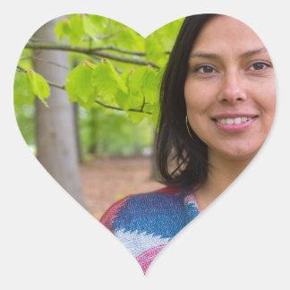 Pegatina En Forma De Corazón Mujer del retrato con las hojas del verde en