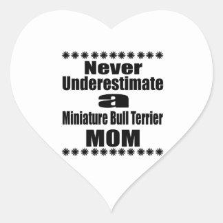 Pegatina En Forma De Corazón Nunca subestime a la mamá miniatura de bull