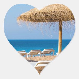 Pegatina En Forma De Corazón Parasol de mimbre con la playa beds.JPG