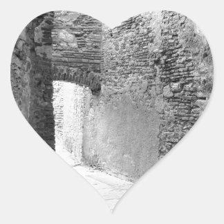 Pegatina En Forma De Corazón Pasillos oscuros de una vieja estructura del