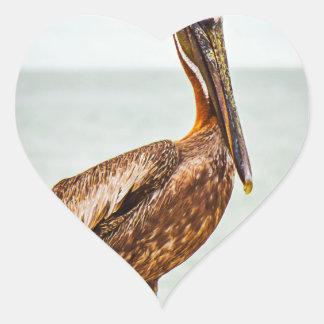 Pegatina En Forma De Corazón Pelícano bonito encaramado sobre el océano