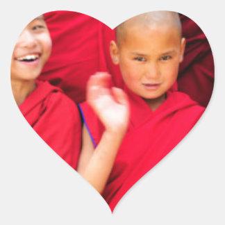 Pegatina En Forma De Corazón Pequeños monjes en trajes rojos