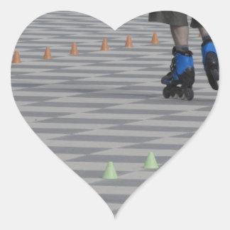 Pegatina En Forma De Corazón Piernas del individuo en patines en línea.