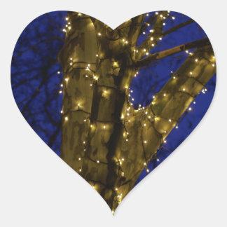 Pegatina En Forma De Corazón Ramas con luces de navidad y un cielo azul marino