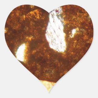 Pegatina En Forma De Corazón Sección fina de un ladrillo debajo del microscopio