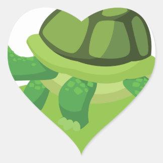 Pegatina En Forma De Corazón tortuga que camina en la hierba