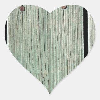 Pegatina En Forma De Corazón Verde y calzada de madera del tablón de Brown
