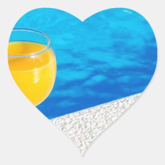 Pegatina En Forma De Corazón Vidrio con el zumo de naranja en el borde de la