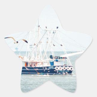 Pegatina En Forma De Estrella Barco azul del camarón en el océano