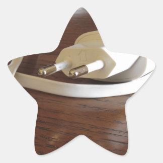 Pegatina En Forma De Estrella Cargador blanco del smartphone en la tabla de